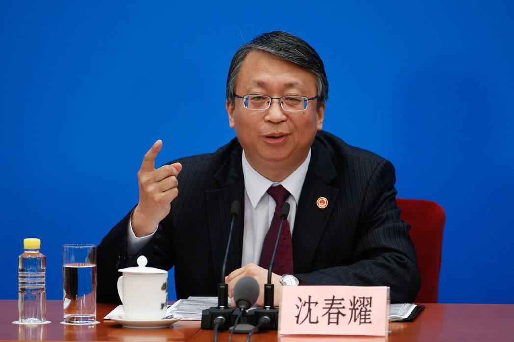 針對中國修憲取消國家主席連任限制,引發倒退到文革時代的質疑。中國全國人大法工委主...