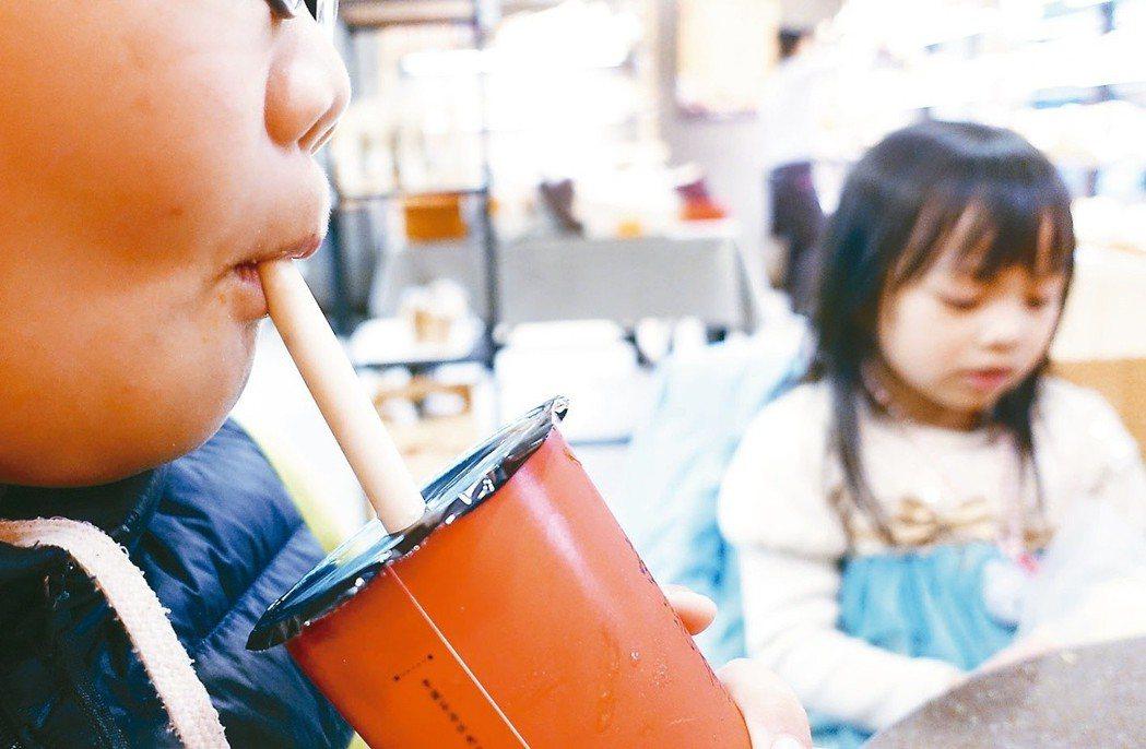 環保署擴大限塑政策,規畫將在2030年全面禁用塑膠吸管。 圖/聯合報系資料照片
