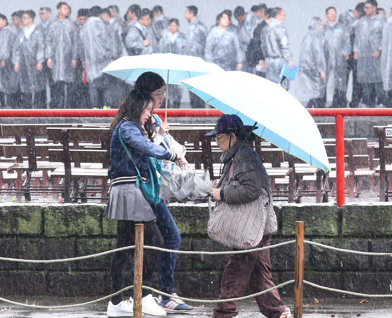 預計明天下午受到鋒面雲系南下影響,全台灣都將轉成有雨的天氣,要留意有局部較大雨勢...