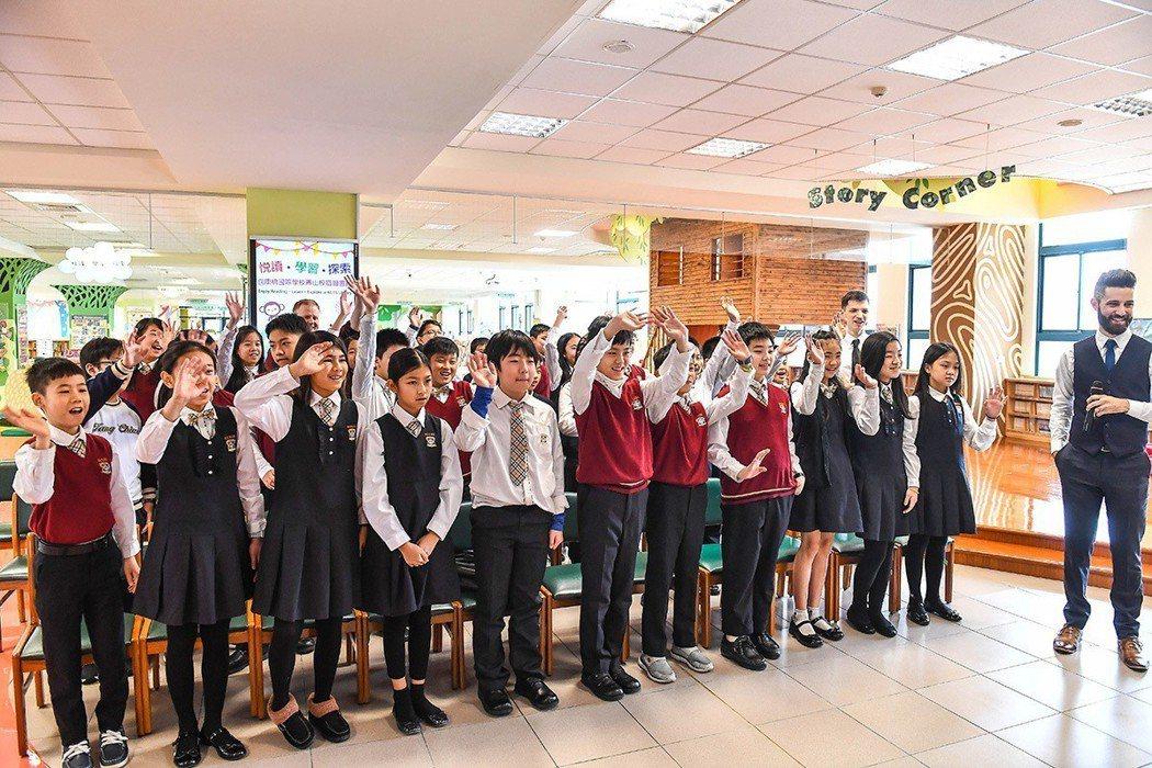 康橋學生熱情大方地與上志津小學學生打招呼 圖/康橋 提供