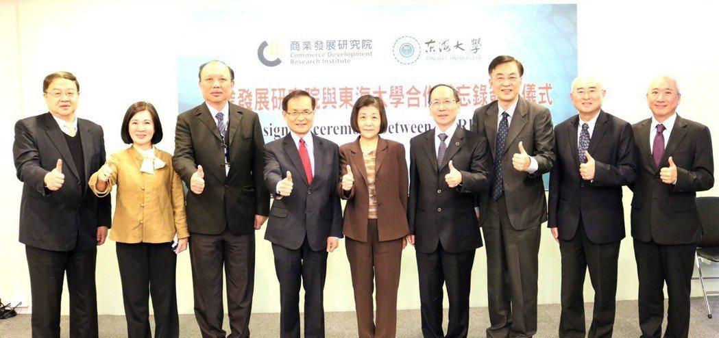 商研院CDRI副院長王建彬(左起)、副院長張皇珍、院長謝龍發、董事長許添財及經濟...
