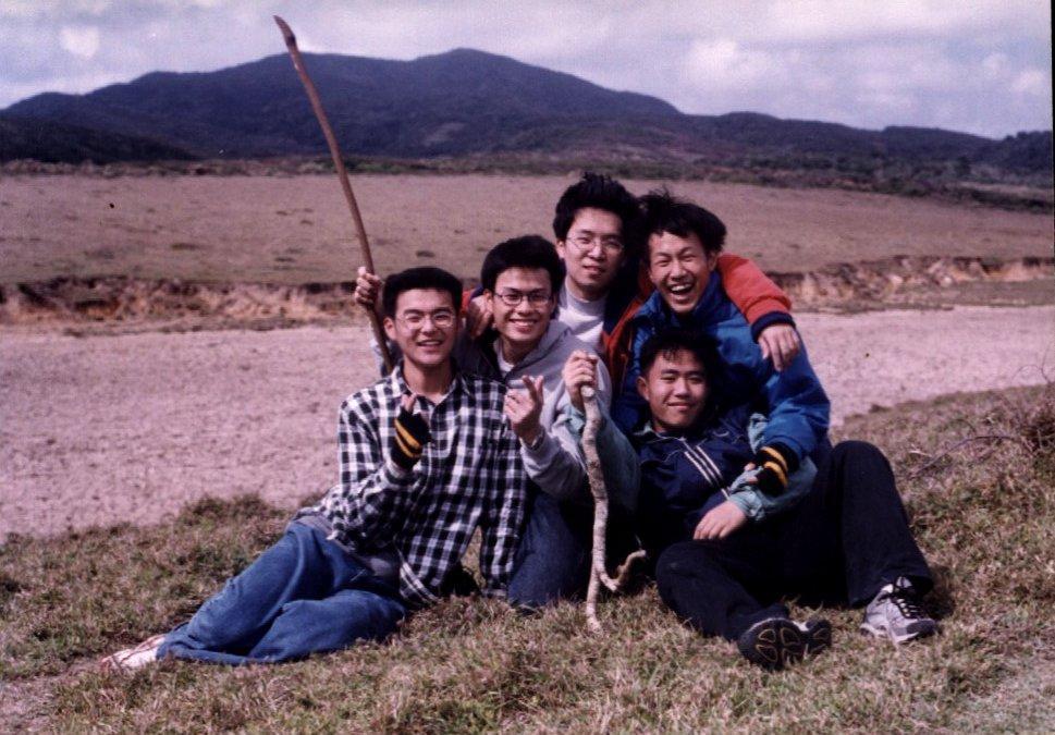 簡毓群(左二)高三時與同學縱走屏東佳洛水(現名佳樂水)濱海時的合影。 圖/簡毓群提供