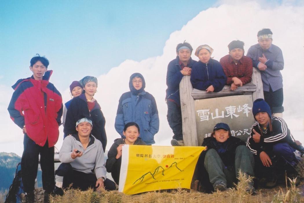 簡毓群(左前二)大學時擔任兩屆登山社社長,挑戰百岳。 圖/簡毓群提供
