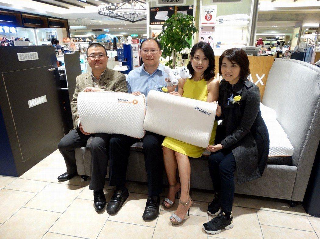 盛諾集團海外市場部經理廖宏偉(左起)、脊醫Dr.Lin、藝人丁寧、賽諾香港公司總...