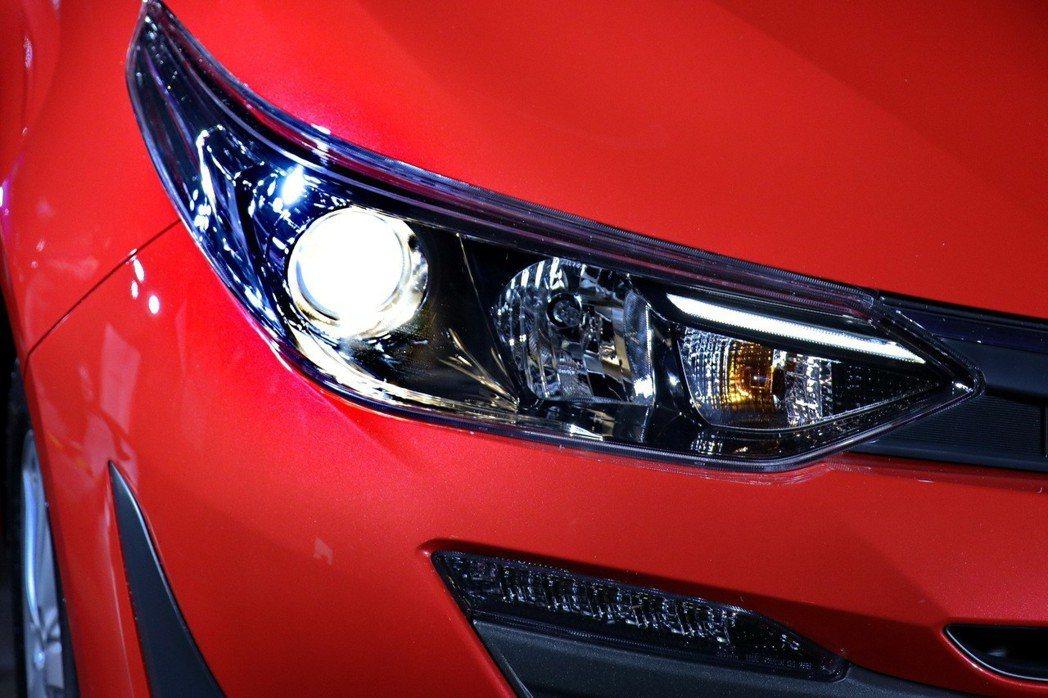 高階車型配備投射式四燈式頭燈與全車系標配的LED日行燈。 記者陳威任/攝影