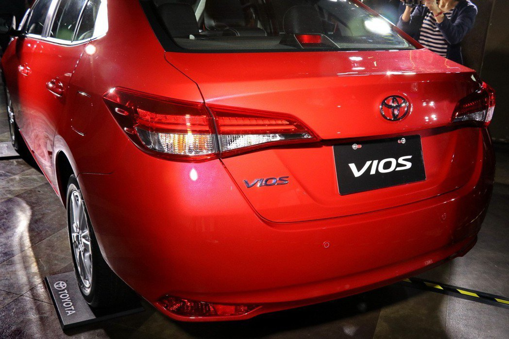 TOYOTA VIOS高階車型也首度導入LED光條式尾燈。 記者陳威任/攝影