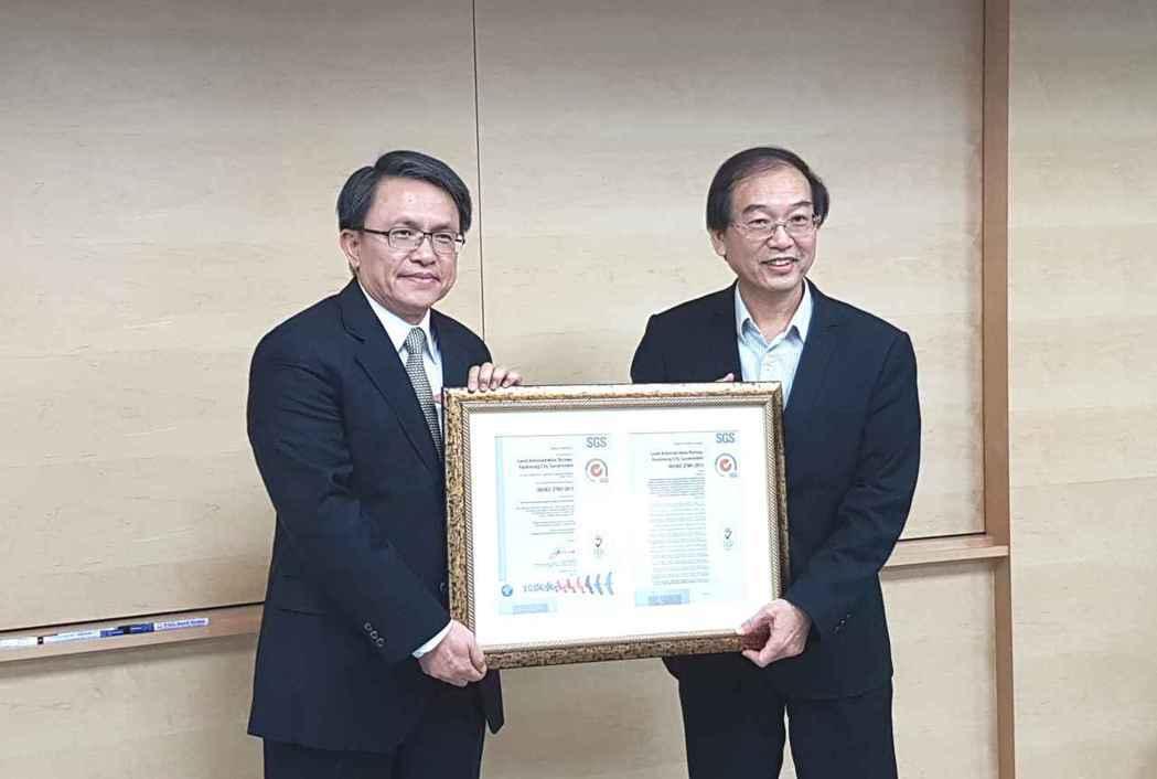高雄市政府地政局局長黃進雄 (右)代表接受SGS副總裁陳東明(左)頒發ISO 2...