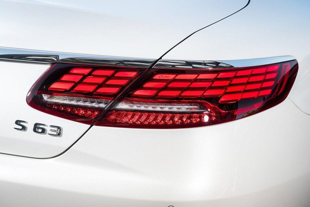 車尾亮點莫過於由單邊33個OLED所組成的全新設計尾燈,以動態指示表現給予更佳的...