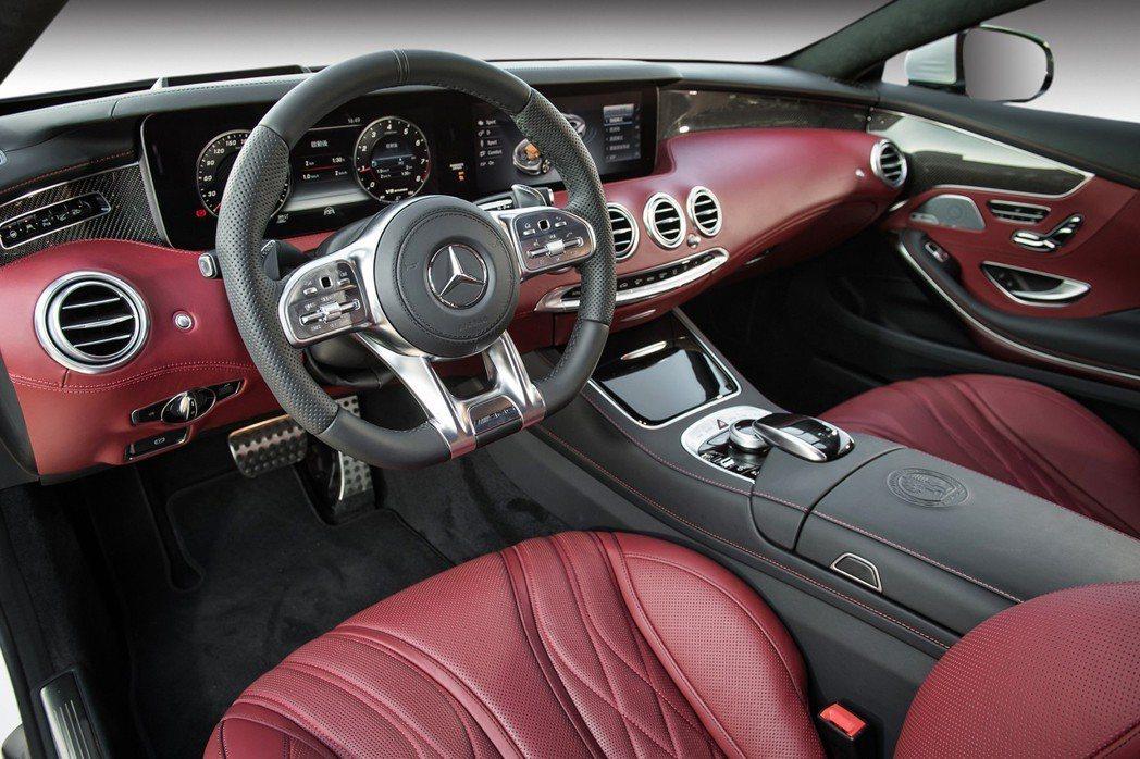 The new S-Class Coupe除了以精選頂級材質打造奢華座艙氛圍,集...