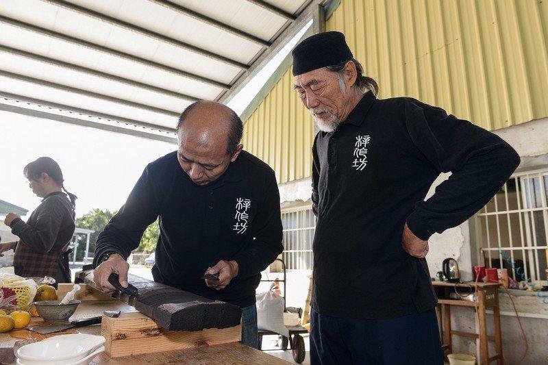 林立正指導從香港來學斲琴的弟子,他的技藝已揚名海外。