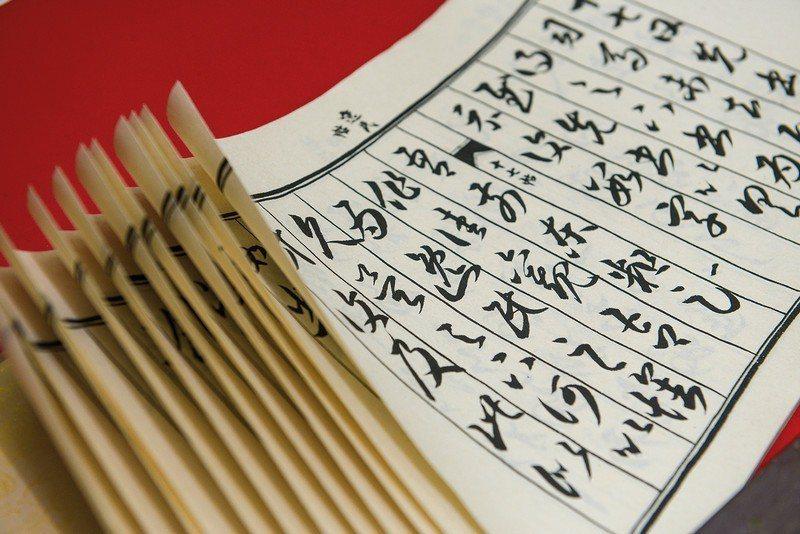 吳哲叡親手仿製出中國古代的「龍鱗裝」,舒展時,各頁疊積如鱗狀。
