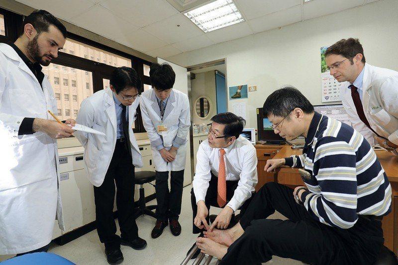 藉由門診實際病例的解說,讓顯微手術碩士專班的研究員們深入了解病患的需求,圖為腳趾...