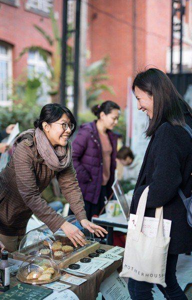 市集裡,黃尹宣耐心地介紹理念,邀大眾一起品嚐剩食的美好滋味。