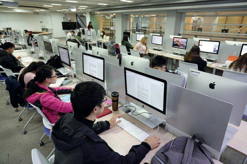 學生在Apple區域培訓中心學習寫App程式,接軌當前發展趨勢。