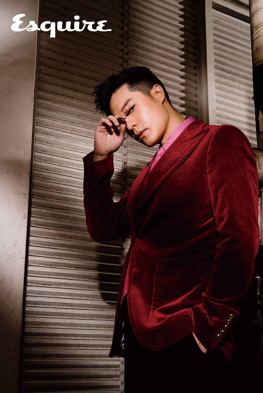 紅色西裝外套、粉色襯衫、領帶 by Gucci。