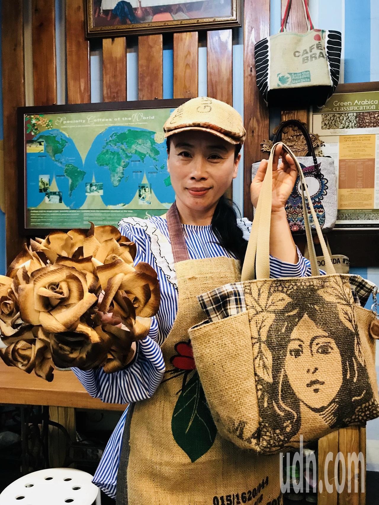 徐津津雙手拿著的麻布袋購物袋跟濾紙玫瑰花,都是自己發揮創意抽空做的。記者蔣繼平/...
