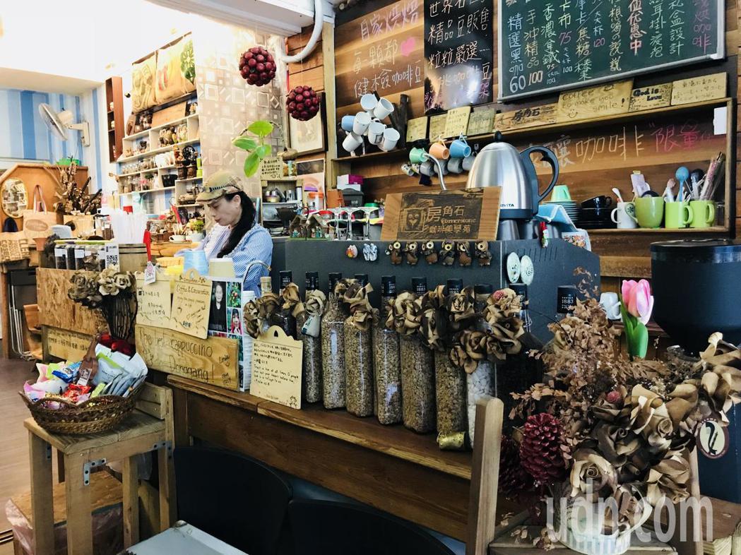 位於屏東東港菜市場內的「房角石」咖啡美學苑。記者蔣繼平/攝影