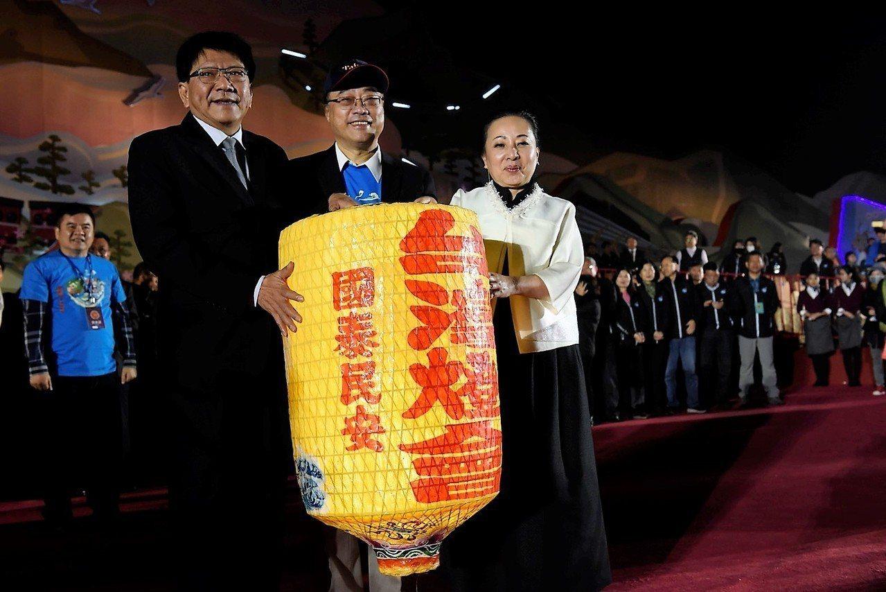 屏東縣長潘孟安接下台灣燈會的燈籠,象徵接棒2019台灣燈會。圖/屏東縣政府提供