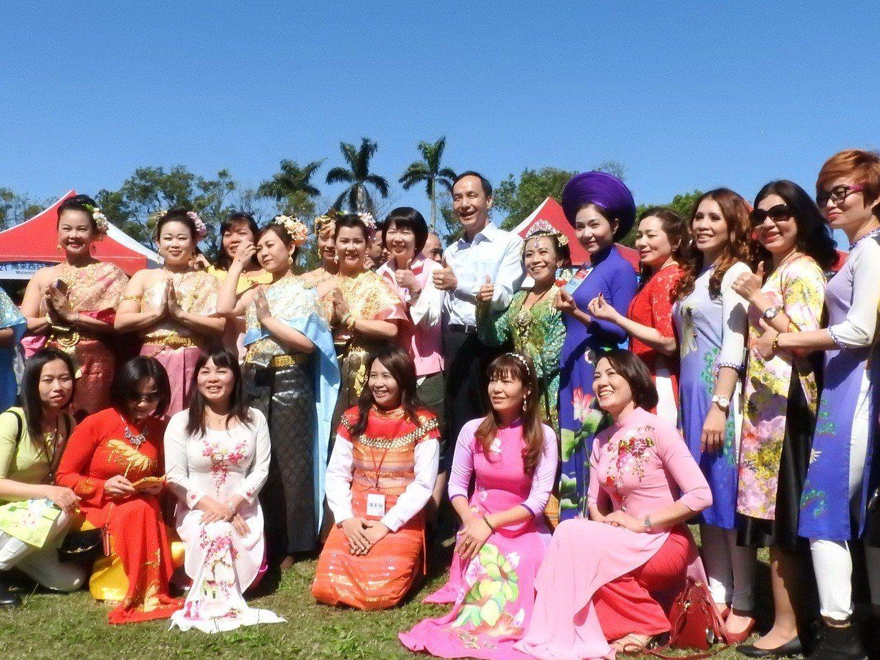 新北市民政局昨在板橋435藝文特區舉辦新住民嘉年華會,許多新住民家庭成員都換上母...