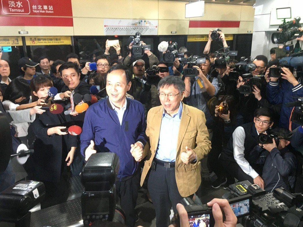 台北市長柯文哲、新北市長朱立倫今天共同出席「公共運輸定期票」發行記者會,兩人一同...