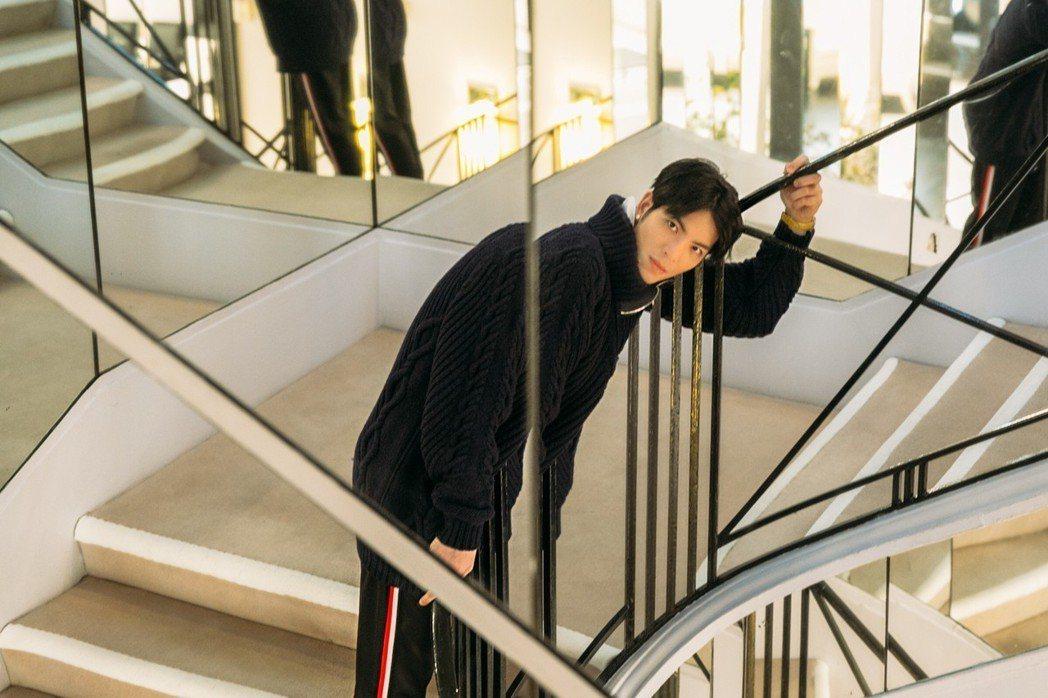 蕭敬騰特地站在香奈兒女士最喜歡站的樓梯璇轉處拍照留念。圖/華納音樂提供