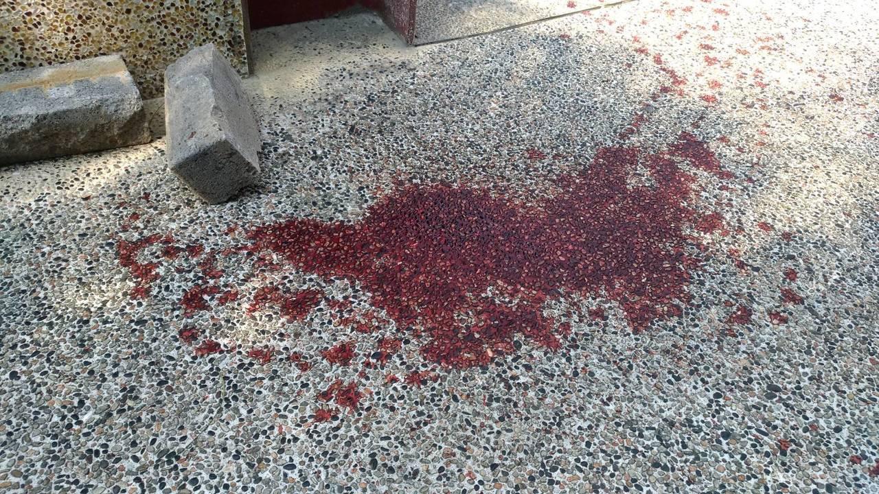 麥寮鄉運動公園附近今天凌晨發生疑為槍戰事件, 地面血跡斑斑。記者蔡維斌/攝影