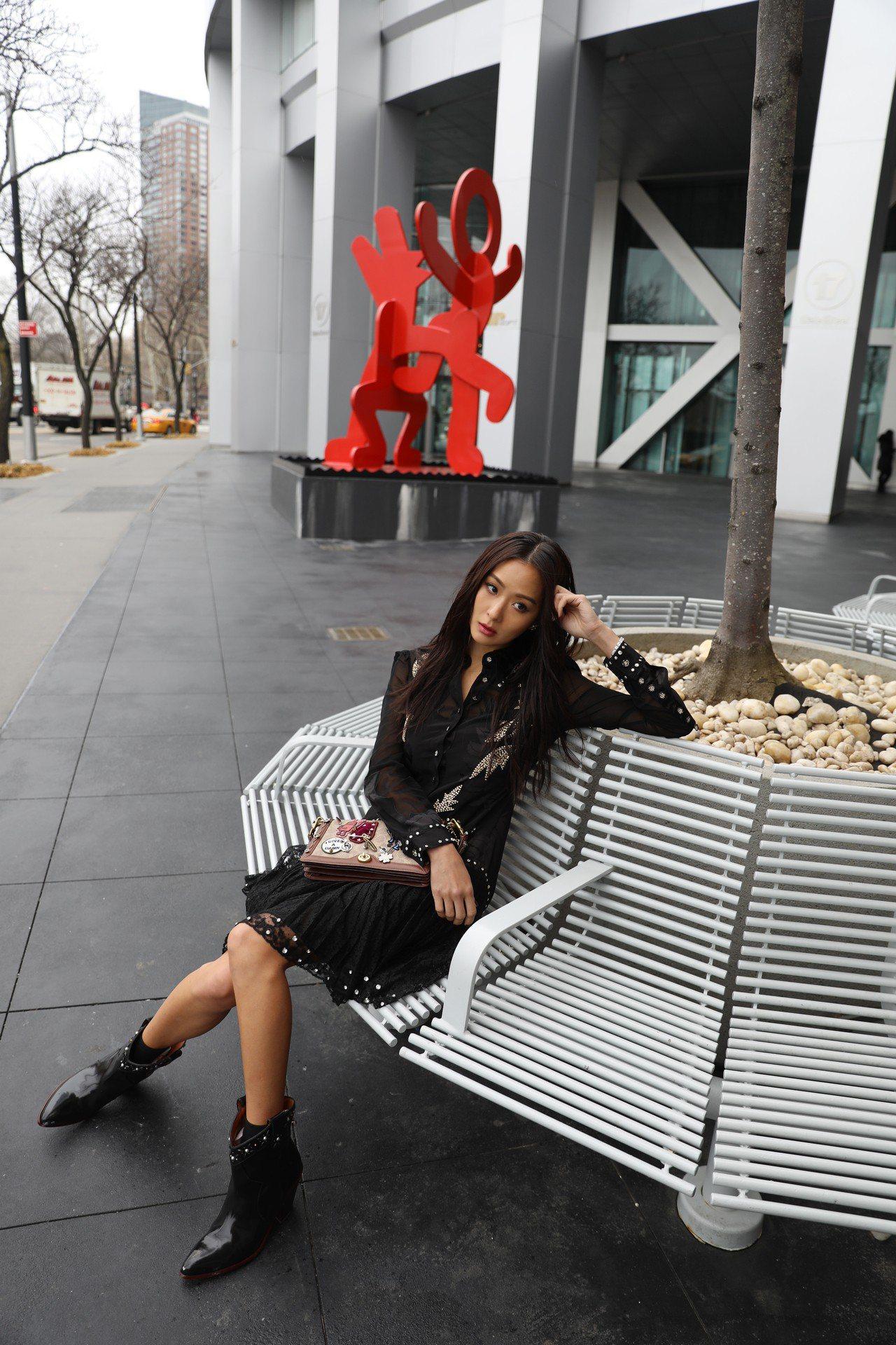 此次拍攝也特別選在Keith Haring為紐約市創作的公共雕塑品前。圖/Coa...