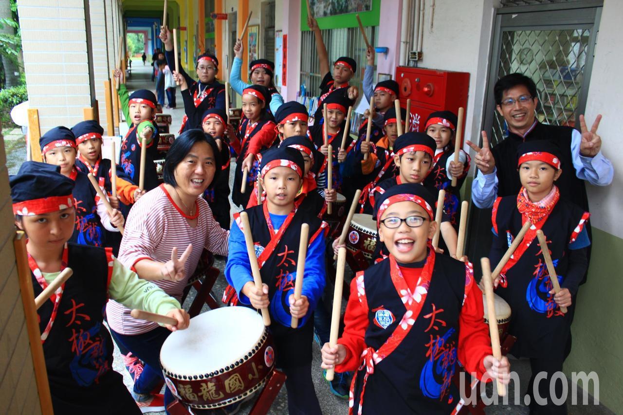 新竹縣福龍國小是偏鄉小校,學校打造全新竹唯一免費的全日班,每位學生都參加太鼓隊,...