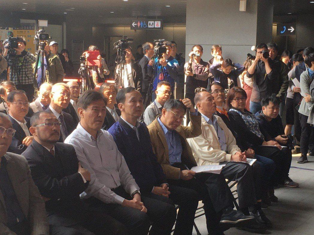 雙北推動捷運、公車定期票,即所謂「30天吃到飽月票」,台北市長柯文哲、新北市長朱...