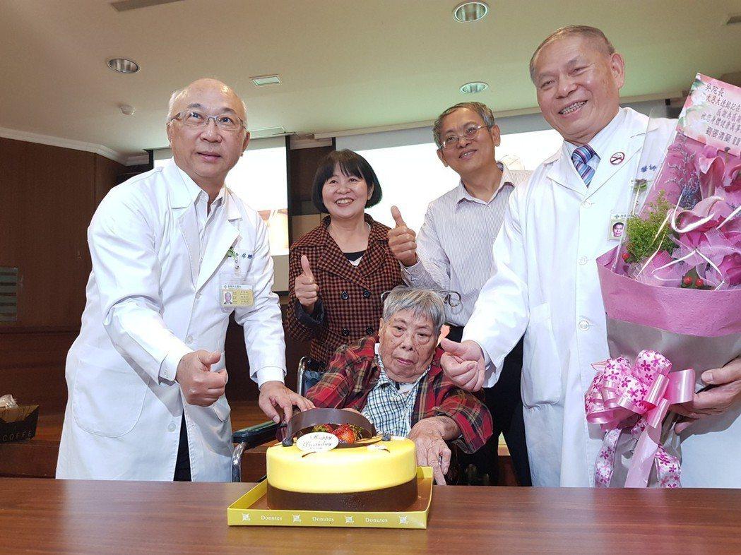 台南市立醫院今天為食道裂孔橫膈疝氣患者慶生。記者修瑞瑩/攝影