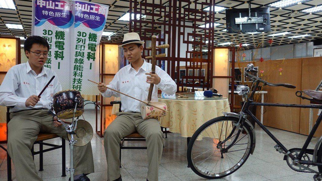 同學也受到謝詠翔(右)的影響,學習古樂器,一起演奏。記者劉星君/攝影