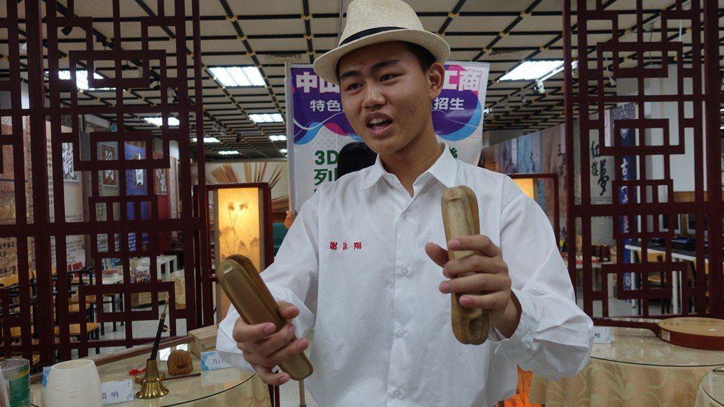 謝詠翔表演用四塊仔,唱出工尺譜。記者劉星君/攝影