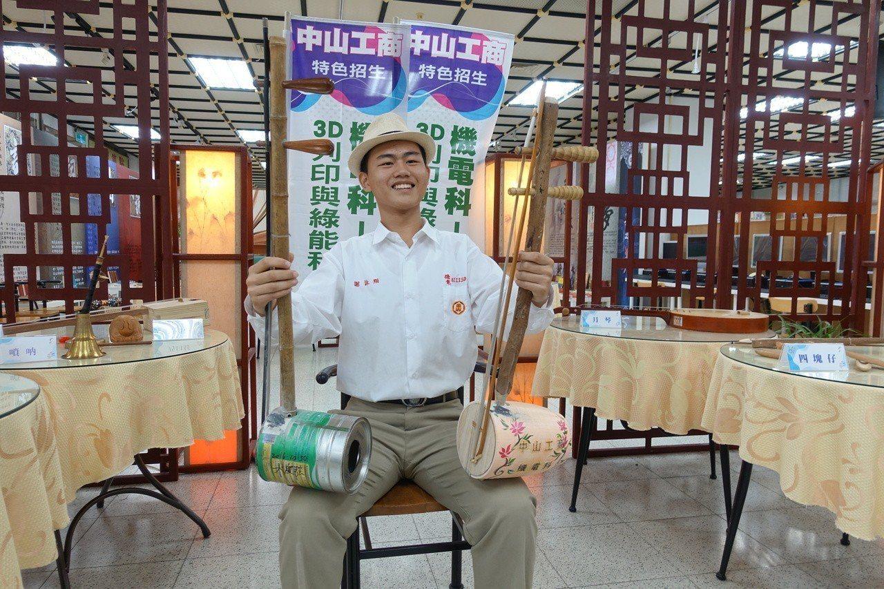 高市私立中山工商機電科一年級學生謝詠翔熱愛台灣傳統文化,是同學眼中「阿伯」,他學...