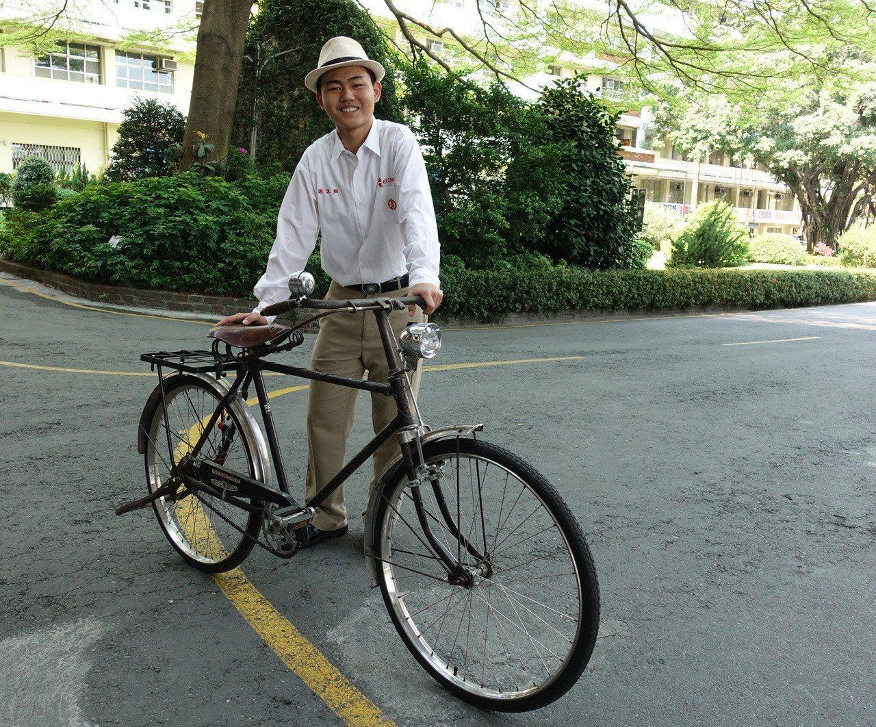 平常放學後,謝詠翔騎著爸爸朋友送給他的古董級單車四處兜風。記者劉星君/攝影