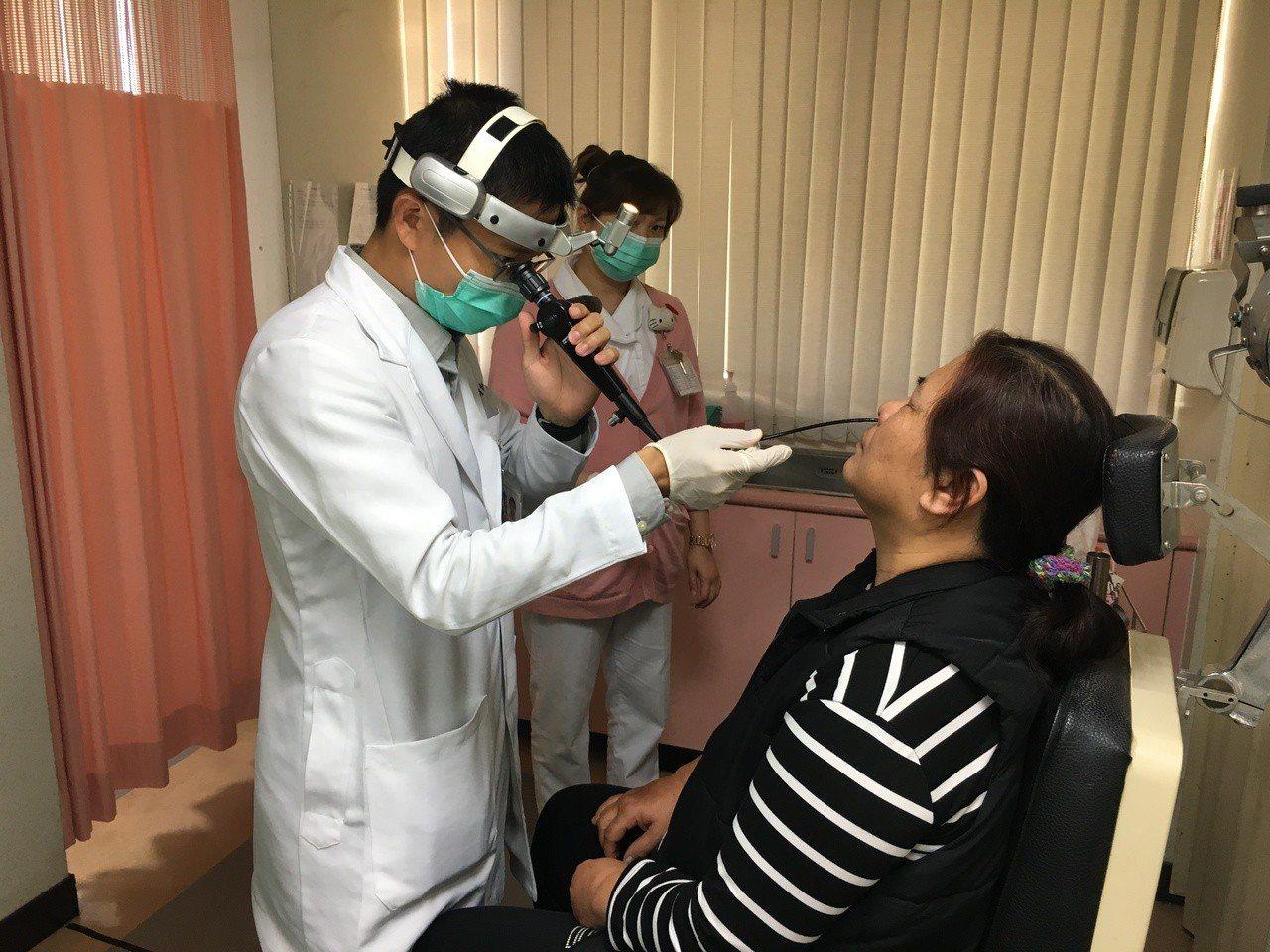 國軍台中總醫元支援南投醫院醫生賴文森(左)透過鼻內視鏡為患者(非文中當事人)檢查...