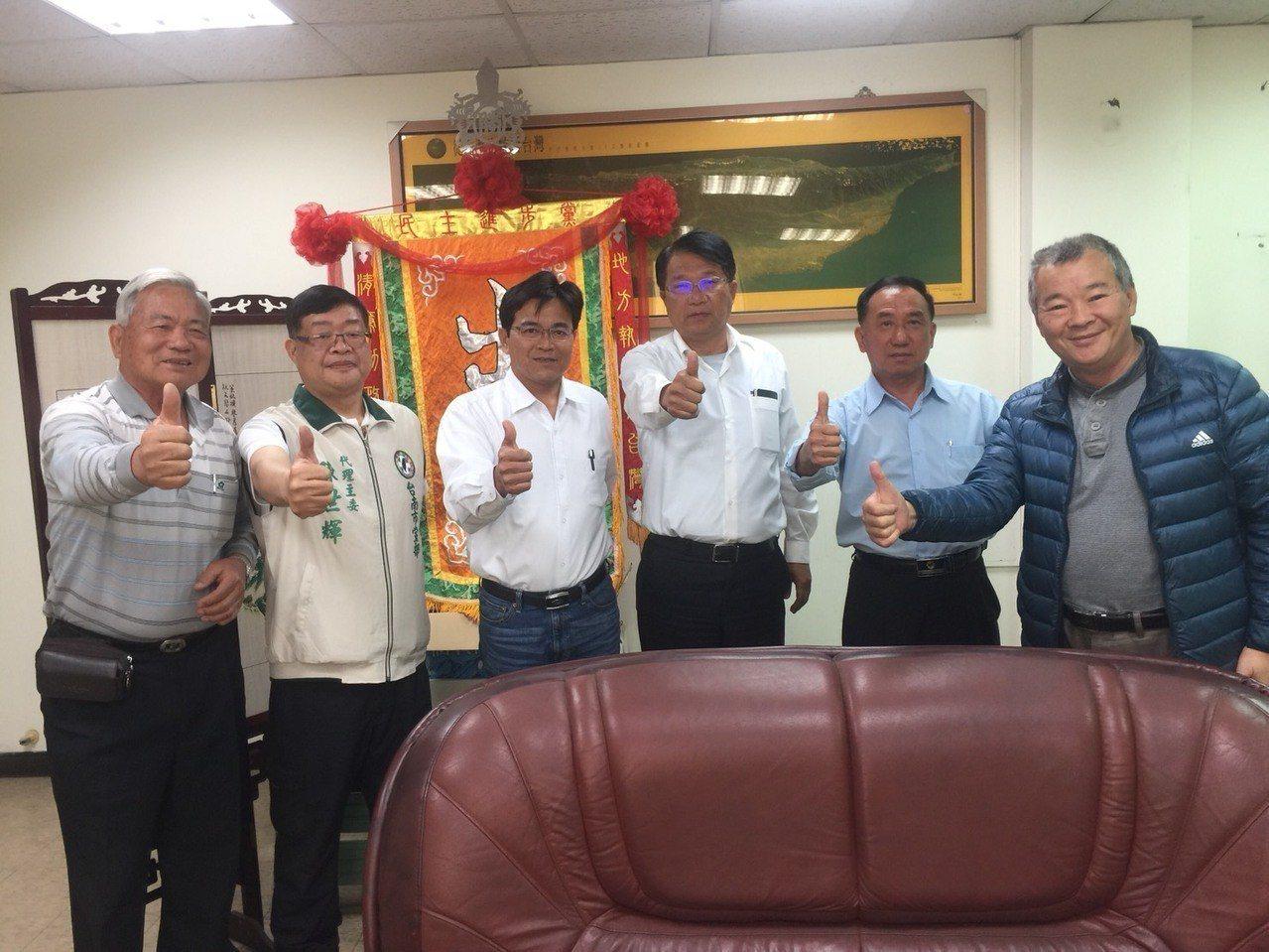 民進黨台南市黨部主委顏純左(右三)宣布退出市議員選舉。記者吳政修/攝影
