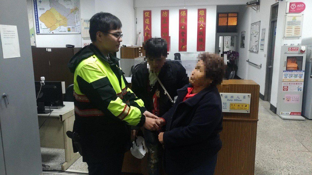 阿嬤再三感謝警方照顧她的孫子。 記者林昭彰/翻攝