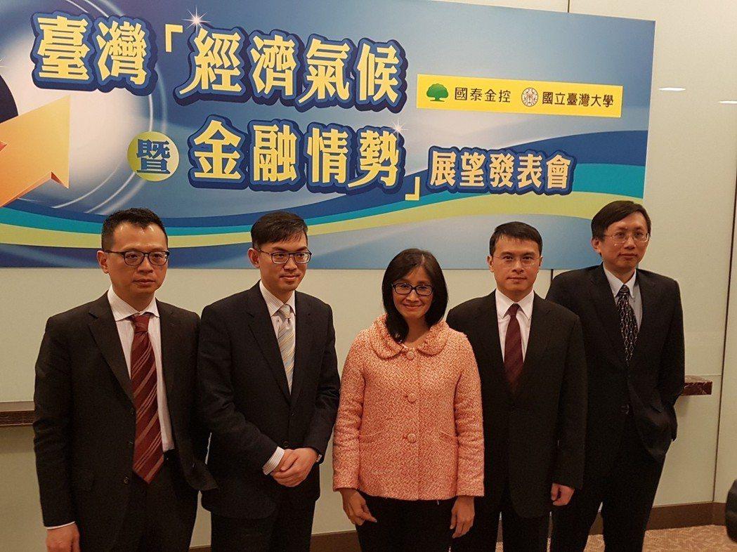 國泰台大產學團隊今天發布最新GDP預測,預估台灣央行有機會自今年6月開始升息。記...