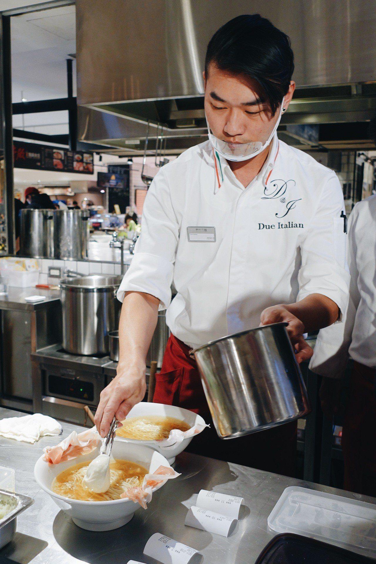 製作生火腿起司拉麵,擺上兩瓢濃稠馬茲瑞拉起司。記者沈佩臻/攝影