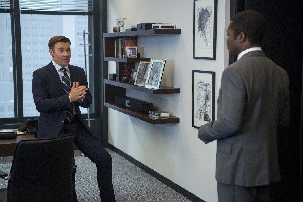 喬艾格頓(左)在「老闆好壞」中演出壞老闆。圖/Catchplay提供
