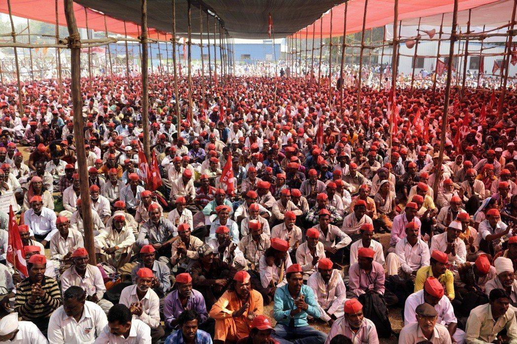 約3萬農民12日聚集孟買,要求地方政府協助他們獲得公平的作物價格。(美聯社)
