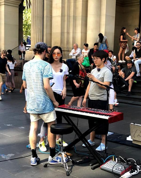 于文文被拍到在澳洲街頭演唱。圖/摘自微博