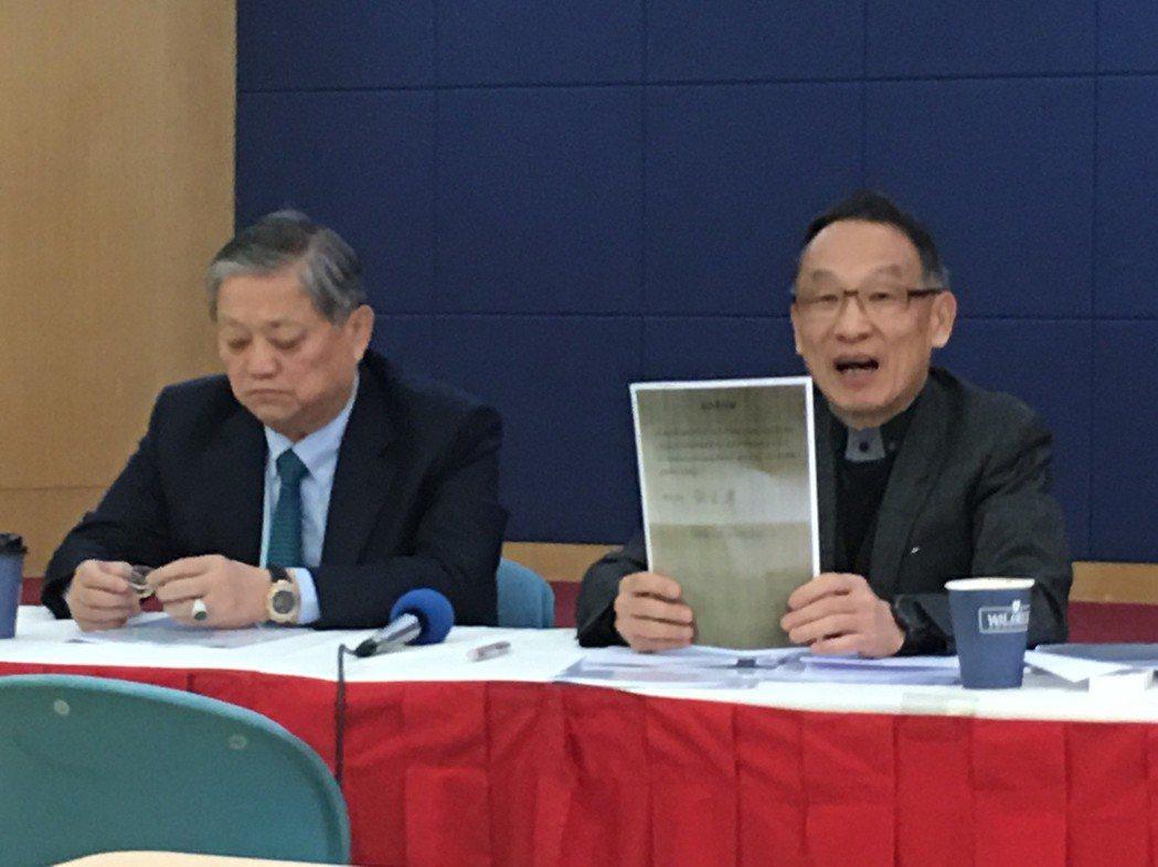 龔元高(右)出示親筆簽名授權書反擊。記者曾思儒/攝影