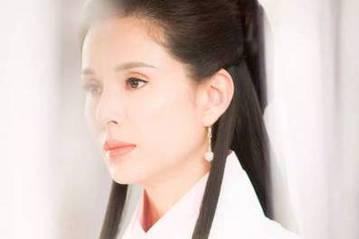 今年43歲的香港女星李若彤曾在1995年與男星古天樂合作電視劇「神雕俠侶」,兩人小龍女與楊過的搭配被視為多年來的經典之一,至今仍有許多粉絲對李若彤一身白衣、仙氣飄飄的小龍女造型難以忘懷。近日網路上又...