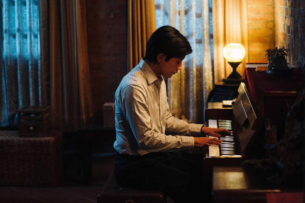 莫子儀不擅琴藝,為了演出「台北歌手」苦練琴藝、死背指法。圖/客台提供