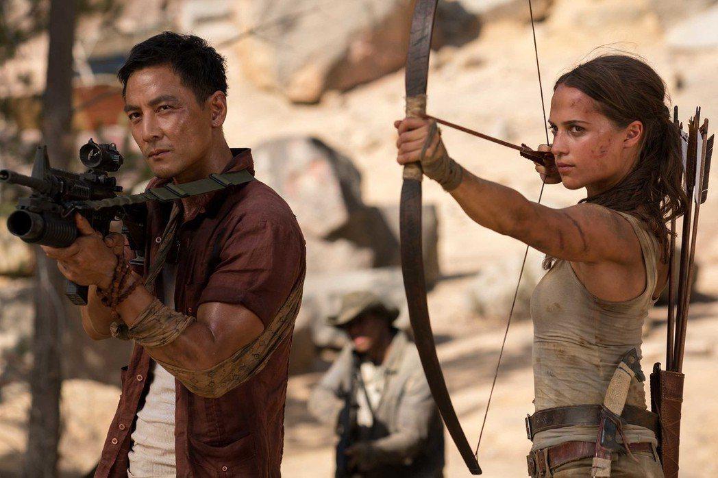 艾莉西亞薇坎德(右)與吳彥祖(左)合演「古墓奇兵」。圖/華納兄弟提供