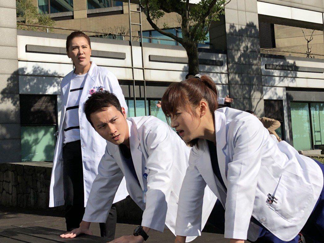 小禎(左)演出骨科主治醫師,狂操「實習醫師」張捷、夏宇禾。圖/民視提供