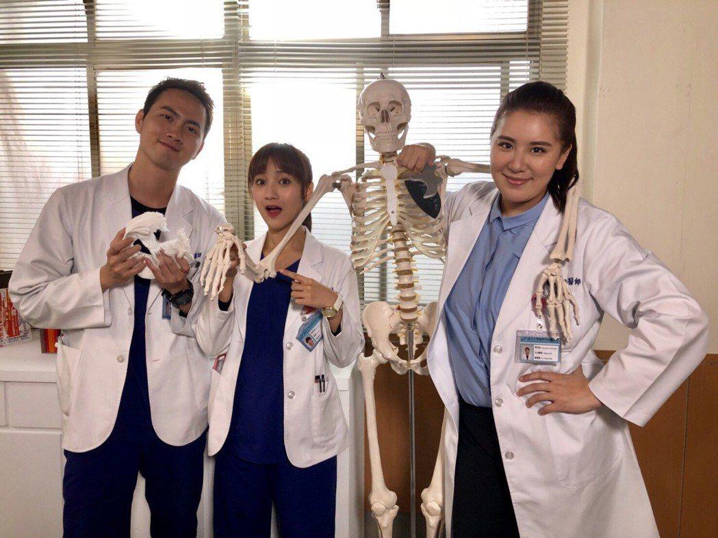 小禎(右)演出骨科醫師搞笑逗趣。圖/民視提供