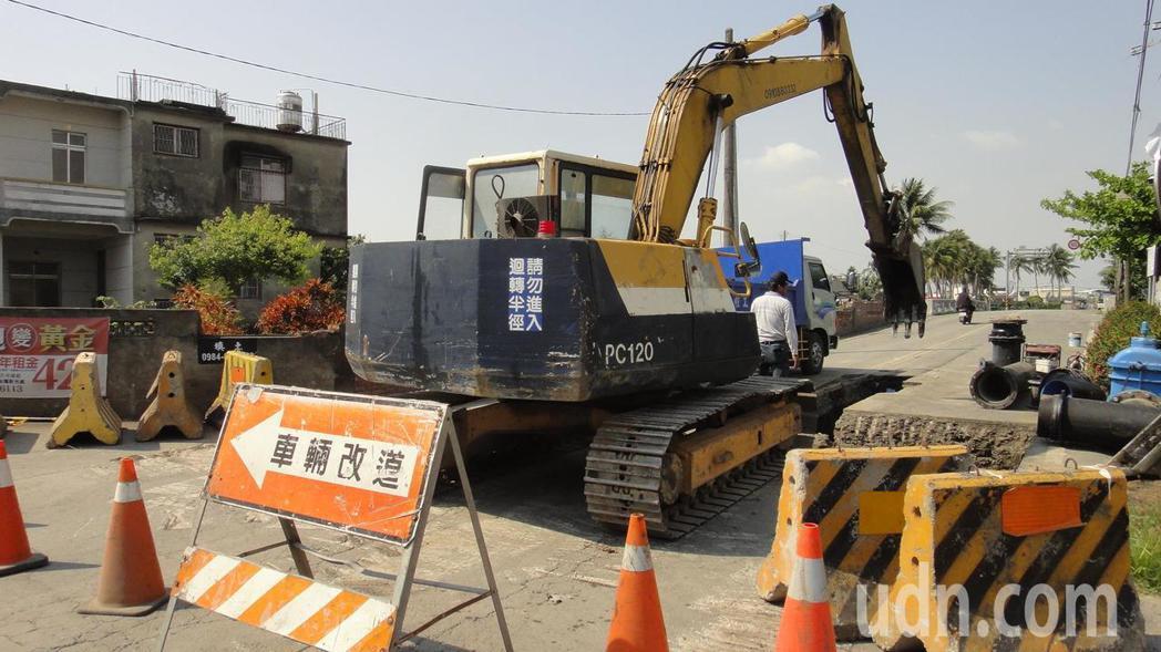 屏東縣政府正在開始進行牛埔溪下游流域的函仔口橋改建工程。記者蔣繼平/攝影