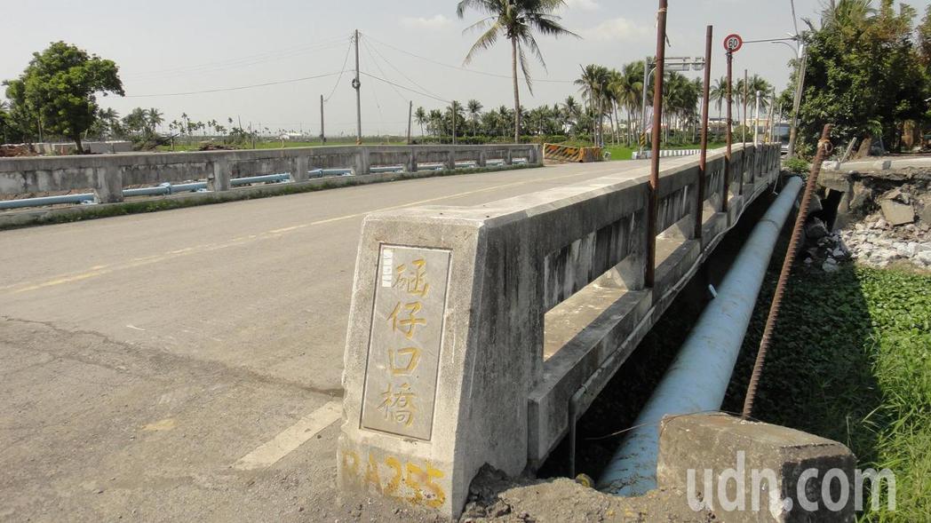 函仔口橋是連結林邊鄉鎮安村及南州鄉萬華村的主要交通橋樑。記者蔣繼平/攝影